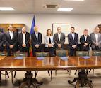 El cap de Govern, Toni Martí, i la ministra de Medi Ambient, Agricultura i Sostenibilitat, Sílvia Calvó, amb els cònsols representants de les parròquies d'Andorra, després de la signatura del conveni de col·laboració per a la concessió del servei de bicicleta elèctrica compartida.