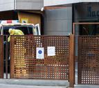 Personal de la Creu Roja ahir a la porta d'El Cedre