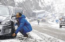 El temporal impedeix obrir les estacions i tanca l'accés a França