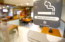 Els hotelers critiquen que es permeti fumar al casino