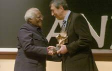 Desmond Tutu recollint el premi