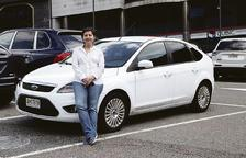 Aurora Baena posa al costat del seu Ford Focus blanc.