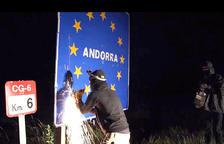 Un dels militants en el moment d'arrencar la placa de la carretera CG-6 a Os de Civís.