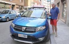 Josep Maria Arnabat amb el cotxe de l'autoescola