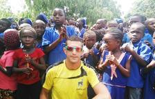 Tommy Castellet amb nens i nenes de Sierra Leone.