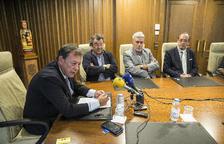 Josep Miquel Vila en una compareixença acompanyat de membres de la majoria comunal de Laurèdia en Comú.
