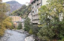 El riu Valira presentava ahir aquest aspecte, amb pedres mogudes per les obres del ràfting.