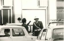 Alfons Babot parlant amb una dona al carrer.