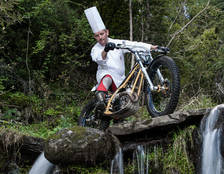 Carles Flinch amb la moto de trial