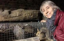 Bibiana Rossa gaudeix tenint conills i gallines a casa seva