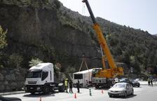 El remolc amb la càrrega d'un camió xoca contra un fanal a Sant Julià