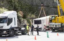 Un camió perd el remolc en xocar amb un fanal a la CG-1