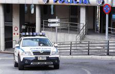 Una conductora èbria xoca contra dos vehicles aparcats i resulta ferida i detinguda