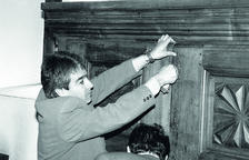 Josep Areny obrint un dels panys de l'armari
