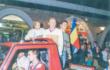 En 'jeep' descobert van fer el trajecte per Escaldes ovacionats per molta gent