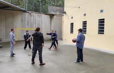 El MoraBanc transmet els valors del bàsquet a interns de la presó