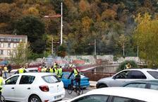 Manifestants amb armilles grogues i cotxes aturats a la localitat de Foix.