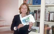 La presidenta d'Autea, Inés Martí, amb dues de les seves llibretes de viatges