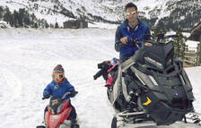 Excursions per la muntanya en moto de neu amb els nens