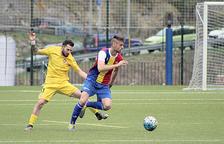 Adrià Vilanova es fa amb la pilota i supera un rival.