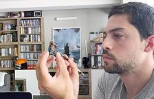 El director de cinema, Álvaro Rodríguez, gaudeix pintant figures