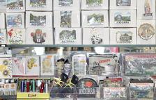 Alguns dels 'souvenirs' d'Andorra que es poden trobar a les botigues.