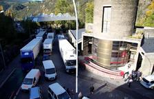 Camions a la frontera del riu Runer.