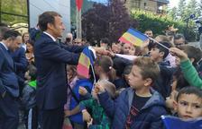 Macron saluda el públic que l'ha rebut a Encamp