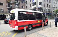 Un dels nous autobusos comunals a la parada de la plaça Guillemó.