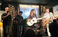 Patricia Bragança toca la guitarra acústica