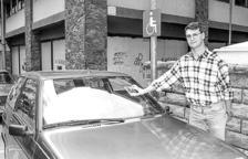 El president d'AMIDA enganxant un adhesiu en un cotxe mal estacional