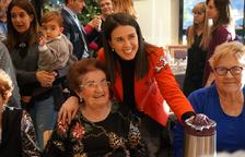 Laura Mas amb les padrines de la llar de jubilats