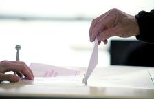 La gent gran vota, tot i que alguns no estan contents amb els polítics actuals.