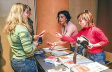 Voluntaris repartint fullets per promocionar la llengua la primera temporada.