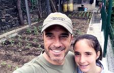 El conseller d'Esports i Joventut del comú d'Andorra la Vella, Alain Cabanes, a l'hort amb la seva filla