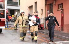 Desallotjats fins a nou avís els veïns del bloc afectat pel foc