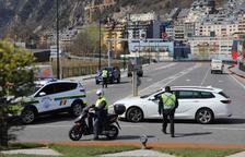 La policia controla el trànsit per circular només amb causa justificada