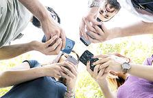 Creix més d'un 80% l'ús d'internet mòbil i es desplomen les trucades a telèfons fixos