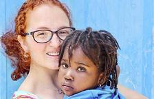 Laia Guerrero amb una de les nenes de Fundació Kalilu Jammeh