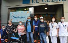 Residents allotjats al Fènix a la seva arribada aquest matí al Cedre.