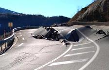 Estat en què va quedar la carretera després de l'enfonsament de la via.