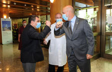 El ministre Benazet i el cònsol general de Cuba a Barcelona se saluden a l'hotel Panorama.