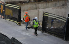 Dos treballadors de la construcció en una obra.