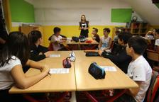Una professora imparteix classe als alumnes a l'inici d'aquest curs.