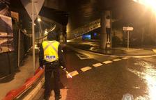 Un policia fent un control de matinada.