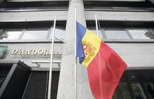 La bandera d'Andorra del Govern a mig pal.