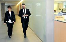 La síndica general, Roser Suñé, i el ministre de Finances, Eric Jover, entren a Sindicatura el projecte de pressupost 2020.