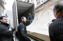 Jordi Gallardo I Juli Minoves al costat dels acabats de recuperar frescos de Santa Coloma.