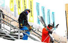 Dos esquiadors a les instal·lacions de Grandvalira.
