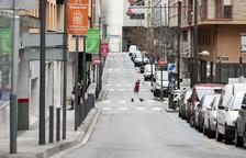 Un carrer de la zona comercial d'Andorra la Vella pràcticament buit.
